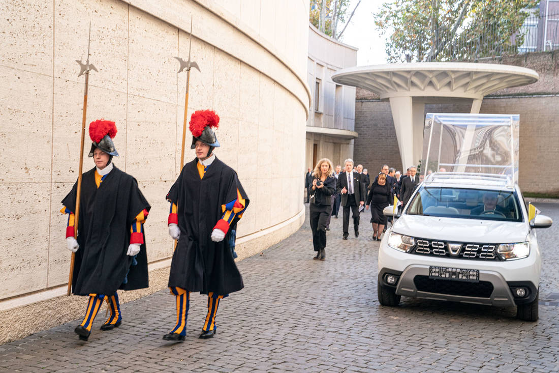 GROUPE-RENAULT-DELIVERS-AN-EXCLUSIVE-DACIA-TO-POPE-FRANCIS-(2)